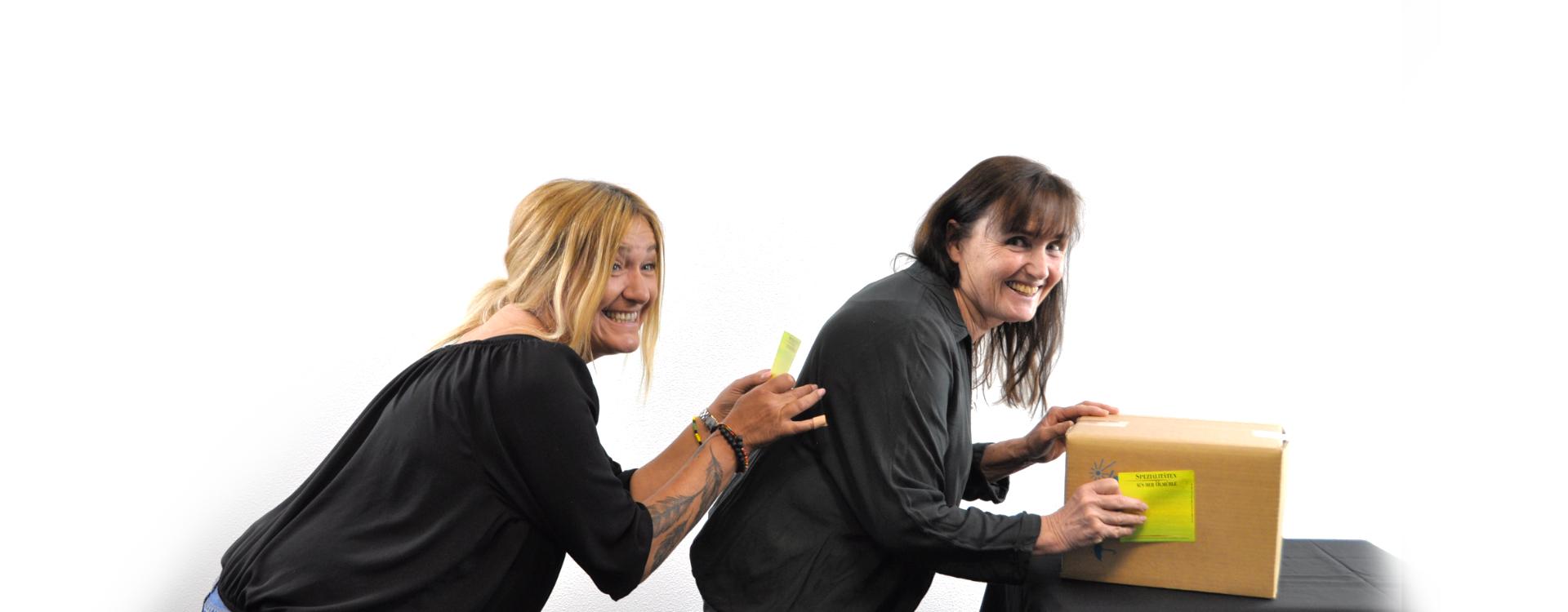 zwei Frauen kleben Selbstklebeetiketten von Tippl